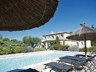 Countryside Family-Friendly Villa Croix des Vertus with Private Pool, Bocce Area & Outdoor Dining, Saint-Rémy-de-Provence
