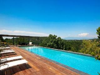 Warm & Welcoming Family Country House La Dame du Ventoux with Private Pool & Superb Views, Carpentras