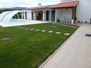 Cottage with garden, pool, river and mountain, Coimbra