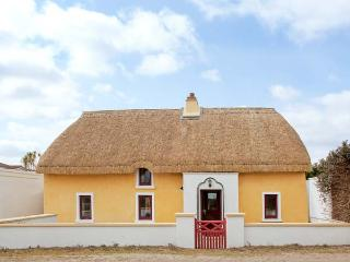 SUTTON COTTGE, thatched, family-friendly cottage, two sitting rooms, enclosed courtyard, in Ballysheen, near Rosslare Harbour, Ref 21972