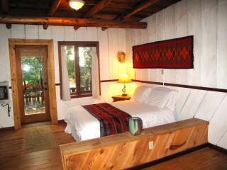 Farm Stay at the Writer's Cabin on a 40 acre Organ, San Cristobal