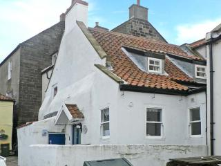 SPINDRIFT COTTAGE, seaside location, woodburner, front patio, stone's throw from beach, in Staithes, Ref 23333