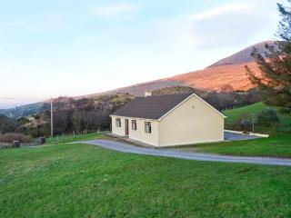 LYREBOY, single-storey cottage, open fire, pet-friendly, gardens, mountain views, near Glencar, Ref 23463
