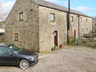 1 PRIMITIVE MEWS, romantic retreat, en-suite bedroom, character features, in Chelmorton, Ref 23919