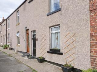 YEOMAN TERRACE, terraced pet-friendly cottage close to beach and amenities, in Marske-by-the-Sea, Ref 24012