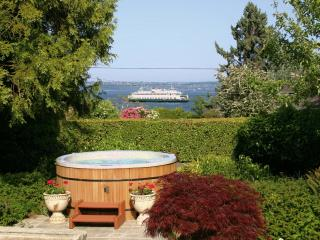 Bryn Hyfryd- Historic Welsh / Hot Tub & Sea Views!, Port Orchard