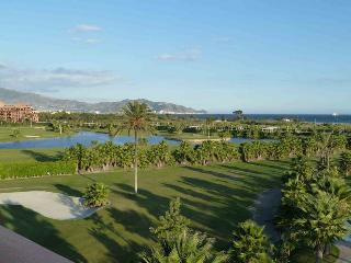 luxury apt overlooking the med and golf course, Motril