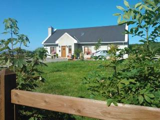 WILLOW COTTAGE, great touring base, en-suite facilities, off road parking, garden, near Narin, Ref 21403, Narin-Portnoo