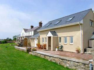 FFERMDY BACH, family-friendly, woodburner, countryside and sea views, near Malltraeth, Ref 23048