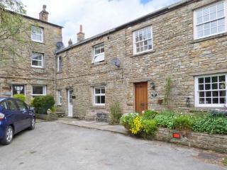BRIDGE HOUSE, character cottage with woodburner, en-suite, amenities and walks on doorstep, Hawes Ref 24150 - Hawes vacation rentals
