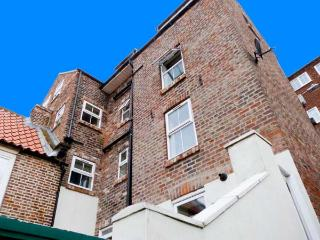 CAIRNS COTTAGE, pretty harbour views, pet-friendly, WiFi, modern decor, in Whitby Ref. 26061