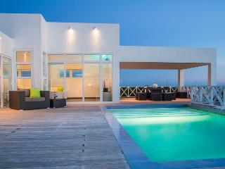 Villa Caribbean Breeze, a new, modern and spacious, Willemstad