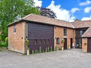 THE HAYLOFT pet-friendly, woodburner, hot tub in Saham Toney Ref 26163