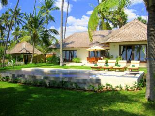 Ocean front villa with own private swimming pool, Kubu