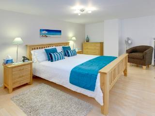Sky- Beautiful 1 Bedroom. SUMMER SALE NOW ON!, Niza