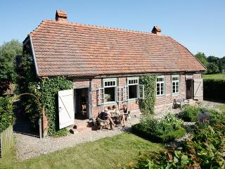 Cosy little Cottage with large Garden near the Schalsee (Unesco saved heritage region), Wesenberg
