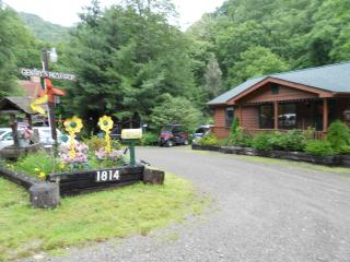 Gentry's Rest Stop 2-Family & Pet Friendly, Creek, Maggie Valley