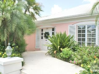 Stately Naples charm, only steps to 5th Ave and the beach!