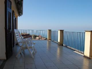 'LA TERRAZZA', astonishing terrace in a detached house with splendid view and silent private garden, Manarola