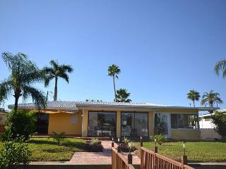 Relaxation Haven - Waterfront Home with dock, 5 minutes from the Beach!, St. Petersburg