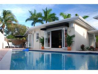 Tropical Pool Home, centrally located,tastefully decorated!, Fort Lauderdale