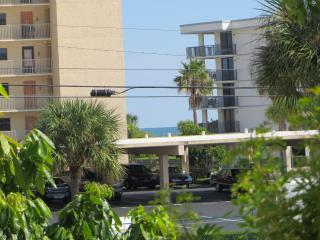 Spacious 1 Bedroom Condo Across from the Beach!, Cape Canaveral
