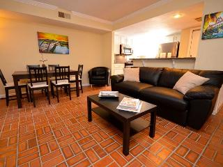 2BR/2BA Newly Remodelded- Epicenter Of Austin Walk To Convention Center.
