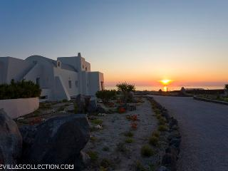 Black Rock - Luxurious 220sqm villa in Santorini