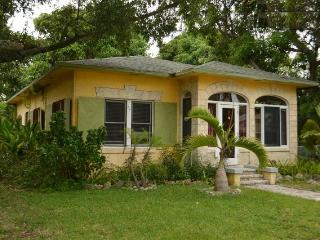 Rustic Mango House and Gardens Downtown FTL (4 BR), Fort Lauderdale
