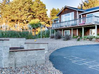 Oceanview home with private hot tub, space for 14, Yachats