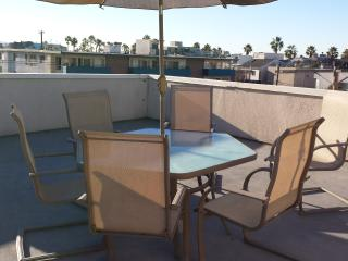Great Venice Roof Deck Apt, Marina del Rey