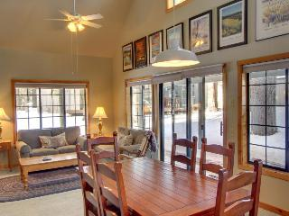 Gorgeous home conveniently located with private patio!, Sunriver