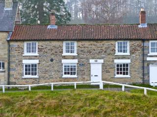 BROOKLEIGH, open fire, pet friendly, decorative Yorkist range, enclosed garden, in Hutton-le-Hole, Ref. 22745, Hutton le Hole