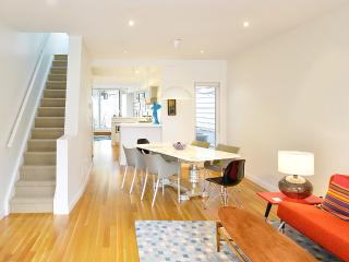 Stylish New House Downtown 2 bed, 2 bath, parking, Toronto