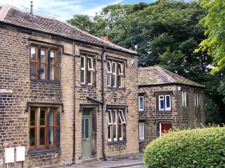 ONE SHARP LANE, family friendly, country holiday cottage, with a garden in Almondbury, Ref 29158, Huddersfield