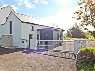 IVY COTTAGE, romantic retreat, single-storey, en-suite, ample parking, near Leap, Ref 903477 - County Cork vacation rentals