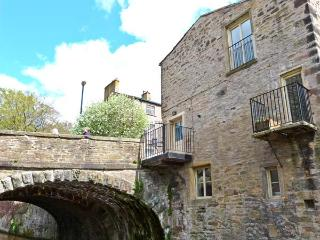 7 MILL BRIDGE, three-storey townhouse, overlooking castle and canal, double bedroom, wet room, balcony, in Skipton Ref 903490