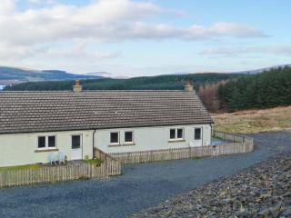 POPPIES COTTAGE, romantic retreat, sauna, woodburner, dogs welcome, terrace cottage near Salen, Ref. 903516