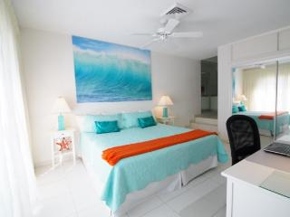 Villa near beach and Atlantis resort , Paradise Island, Nassau, Bahamas