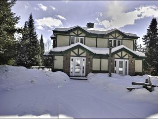 Just a Short Walk to the Community Pool and Club House - Private Balcony with Summer BBQ (6018), Mont Tremblant