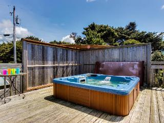 4BR home w/private hot tub; ocean views; fireplace, Lincoln City