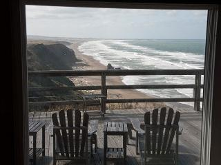 Fabulous ocean bluff home: elevated gas fireplace, 50' flat screen plasma TV, Manchester