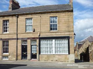 ALNWICK HOUSE, Grade II listed, central location, games room, shared patio, in Alnwick, Ref 29860