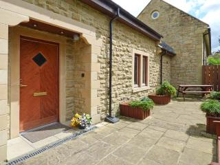 TULIP COTTAGE, cosy cottage with en-suite, games room, balcony, patio, Rothbury Ref 904908