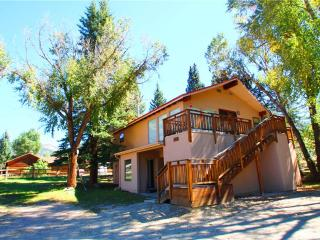 Free`s Last Resort - Private Home in Town, On the River, Ski In/ Ski Out, Large Deck, Yard, WiFi, Washer/Dryer, Red River