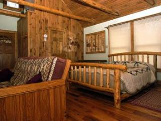 TreeHouse cabin with Views Overlooking the Valley!, Hot Springs
