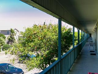 1BR Delighful Condo a Block from the Beach - Winter Texans Welcome!, Port Aransas