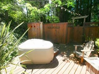 Stunning Cottage in the Forest! Hot Tub,Hammock, Outdoor Shower, Huge Deck!, Cazadero