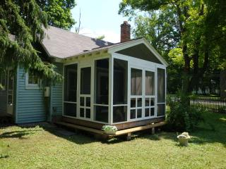 little blue cottage lots of cute! 1 mile to stockbridge center . pet friendly!, Lee