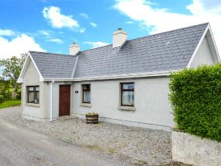 BLACKROCK VIEW, open fire, patio with furniture, close to beach, stunning sea views, Ref 913294, Lissadell